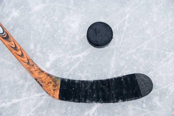 Во время ночного матча в Омске умер хоккеист