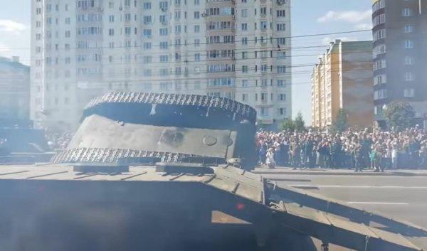 В Курске танк Т-34 перевернулся при военном параде