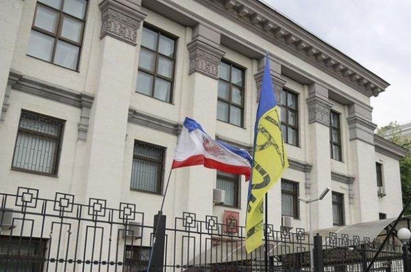 Неизвестный забросал дымовыми шашками консульство России в Киеве
