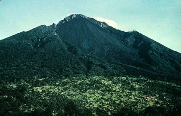 «Лава и пепел»: Из-за вулкана Манам в Папуа-Новой Гвинее объявили красную тревогу