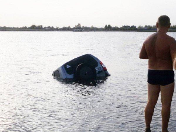 «Может за сокровищем ныряют»: Ростовчане утопили в озере авто 1 сентября