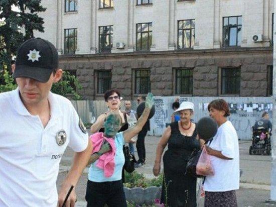 «Не смогли пройти мимо»: В Одессе облили зеленкой пришедших почтить память Кобзона