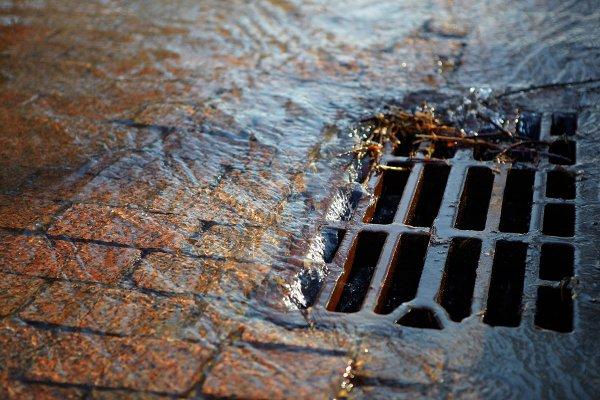 Житель Воронежа застрял в ливневой канализации, пришлось вызывать спасателей