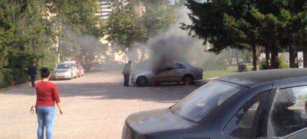 У здания администрация Новосибирска загорелся автомобиль