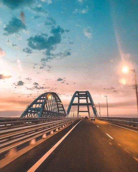 Врезавшийся в опору плавучий кран ограничил движение по Крымскому мосту