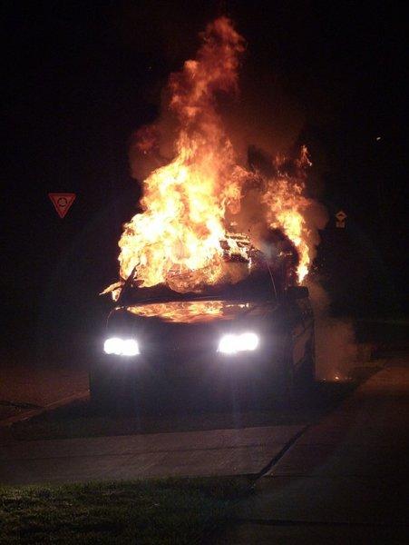 В Таганроге во время движения воспламенилась иномарка