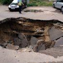 «Немного приуныл»: В Ростове автомобиль ушел под землю