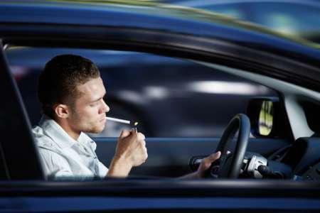Депутаты предложили запретить водителям курить за рулем