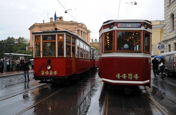 В Петербурге пассажиры двух трамваев подверглись обстрелу