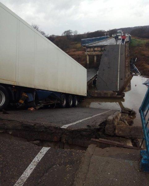Власти выясняют причину обрушения автомобильного моста в Приморье