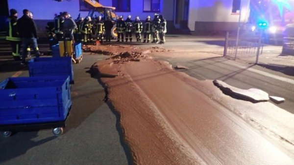 В Германии на одну из улиц вылилась тонна шоколада