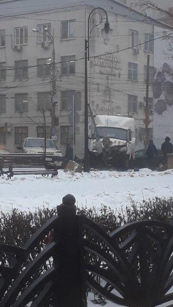 В центре Воронежа машина «Газель» врезалась в светофор