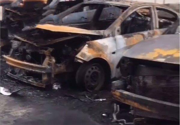 Поджог машин на парковке в Сочи сняли на камеру