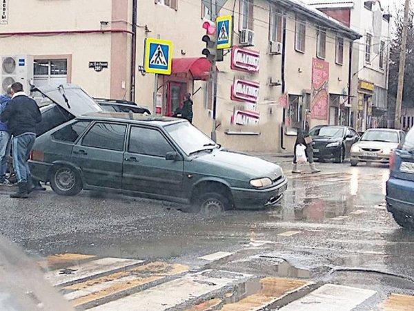 В Ростове водитель за рулем авто угодил в яму с кипятком