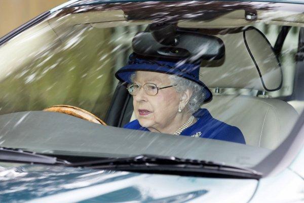 Королеву Великобритании уличили в нарушении ПДД