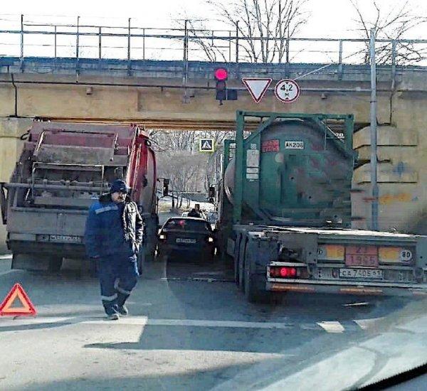 Как герои «Форсажа»: В Ростове под мостом застряли два грузовика и легковушка
