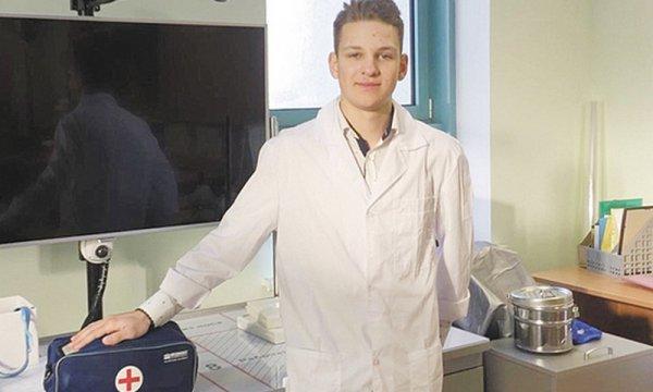 Ученик медицинского класса московской школы спас жизнь пассажиру самолета