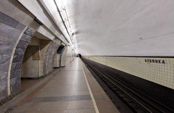 На станции метро «Лубянка» в Москве на рельсы упала 80-летняя женщина