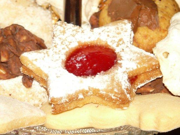 Под Петербургом обнаружили «сладкую» свалку из пирожных и печенья