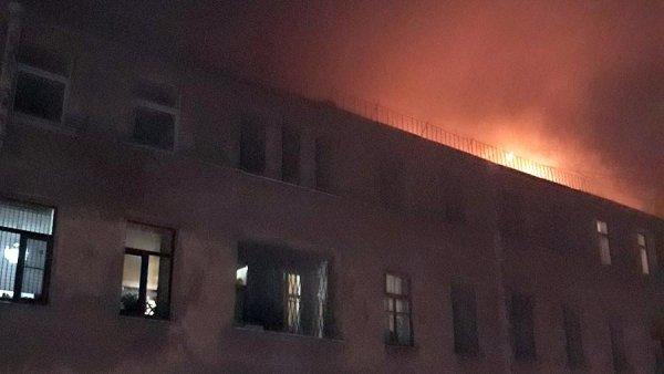 В Петербурге потушили пожар в дореволюционном доме в центре города