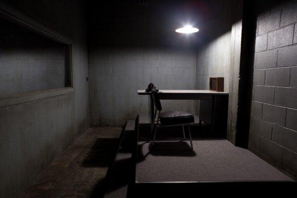 Полицейского и адвоката спалили за сексом в камере допросов