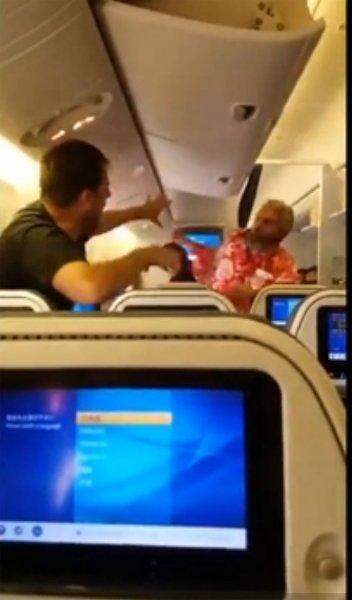 Пьяный пассажир устроил кулачный бой в салоне самолета