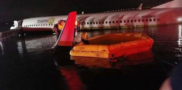 «Все живы и учтены»: Майор Флориды рассказал о том, как Boeing 737 сошел с взлетно-посадочной полосы в реку США