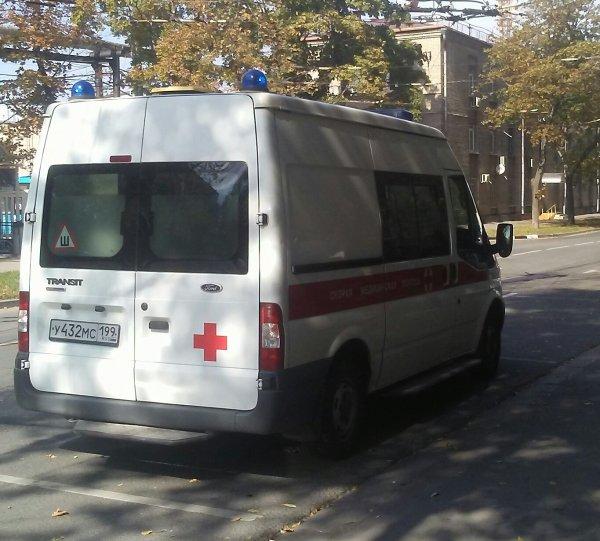 В Нижнем Новгороде автомобиль влетел в остановку: есть жертва